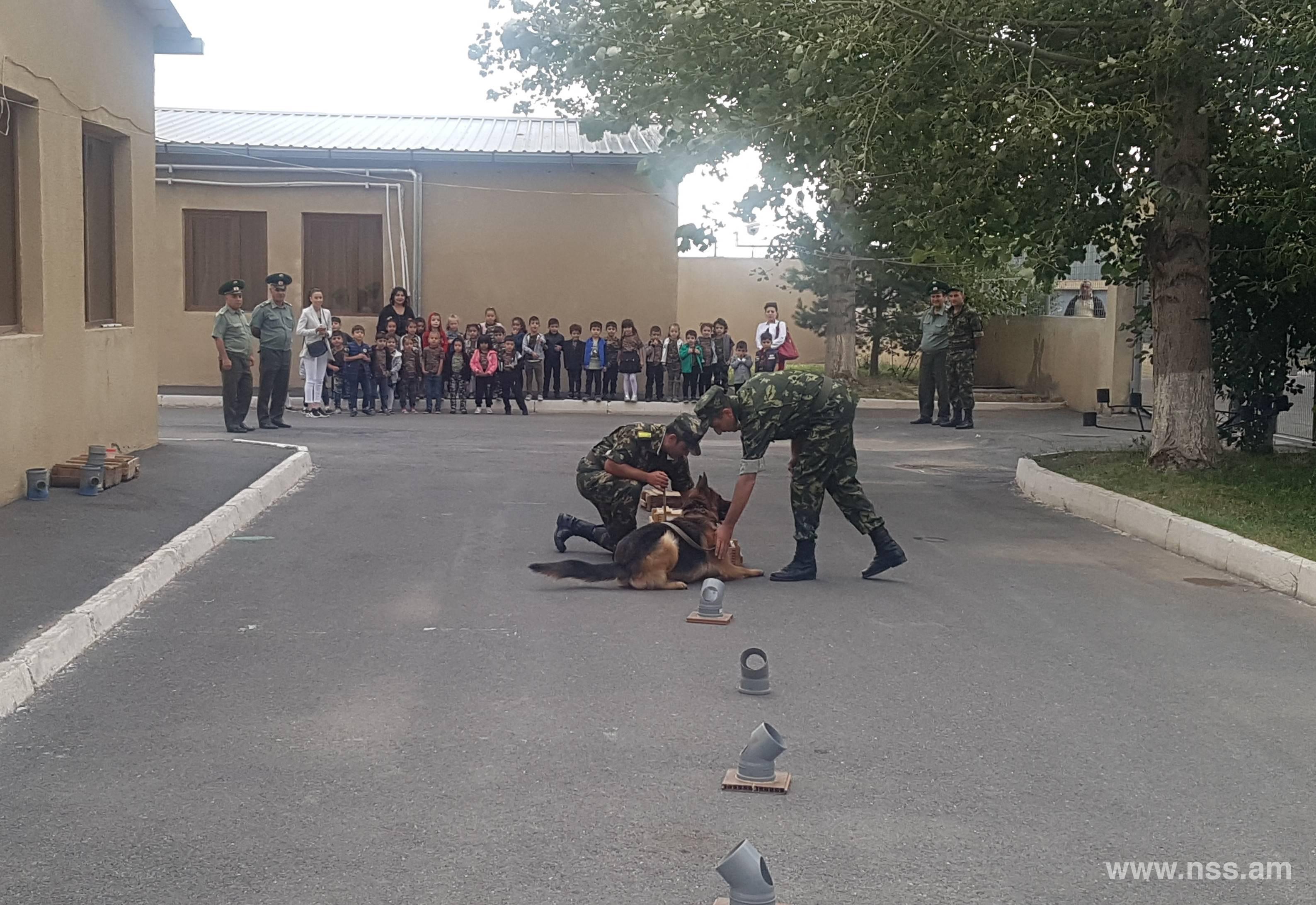 Մանկապարտեզի սաները ծանոթացել են ծառայողական շների վարժեցման գործընթացին